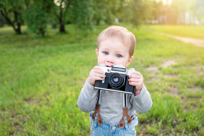 Photographe de bébé garçon avec la caméra en parc images libres de droits