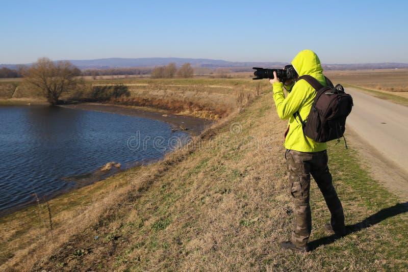 Photographe de faune avec la longue lentille photo stock