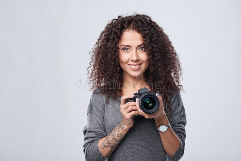 Photographe de femme avec l'appareil-photo professionnel de photo photographie stock libre de droits