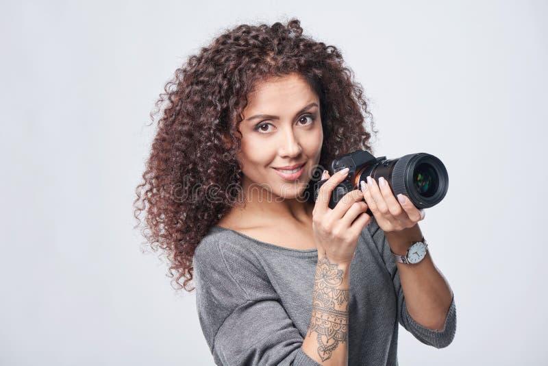 Photographe de femme avec l'appareil-photo professionnel de photo photos stock