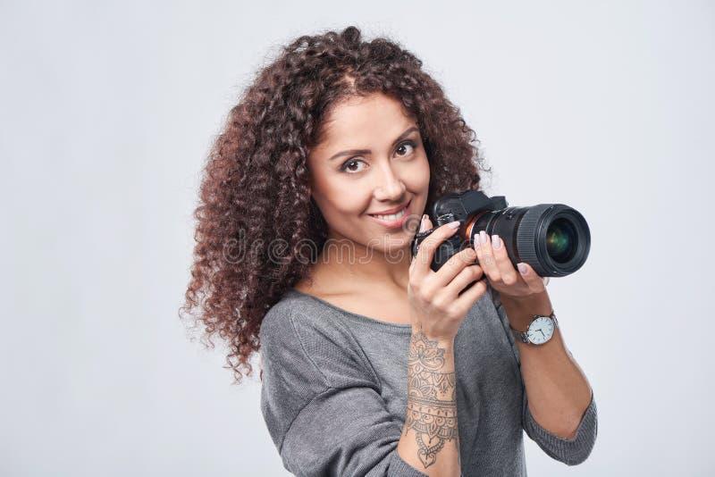 Photographe de femme avec l'appareil-photo professionnel de photo images stock