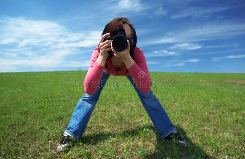 Photographe de femme dans le domaine photos stock