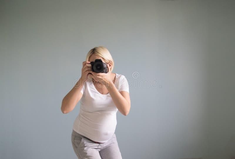 Photographe de femme enceinte avec une caméra de film photographie stock libre de droits