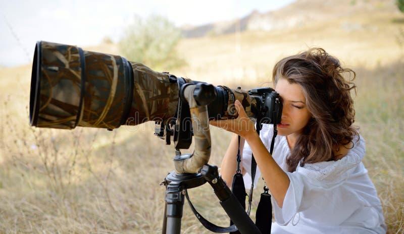 Photographe de femme professionnelle sur le champ photographie stock