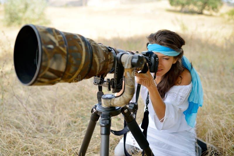 Photographe de femme professionnelle sur le champ en été images stock