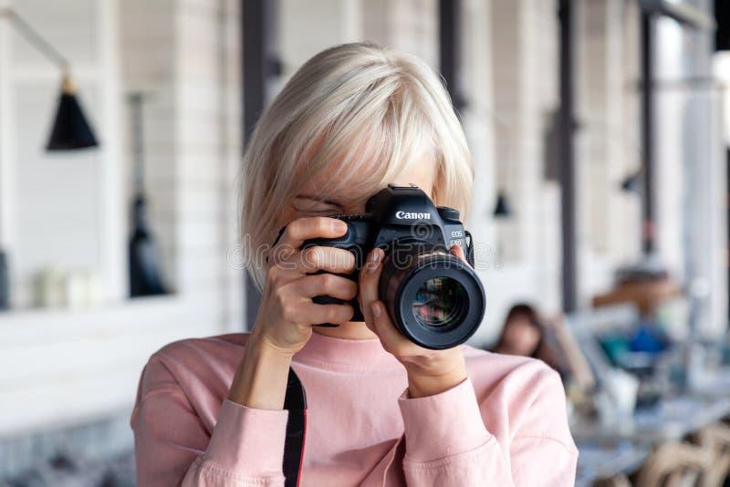 Photographe de fille de la Russie Kemerovo 2019-03-10 prenant des photos sur la marque professionnelle IV de Canon 5D de cam?ra d photos stock