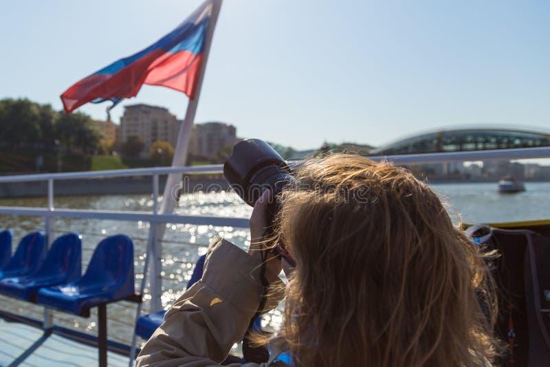Photographe de fille prenant la photo du drapeau russe, Moscou, Russie photo stock