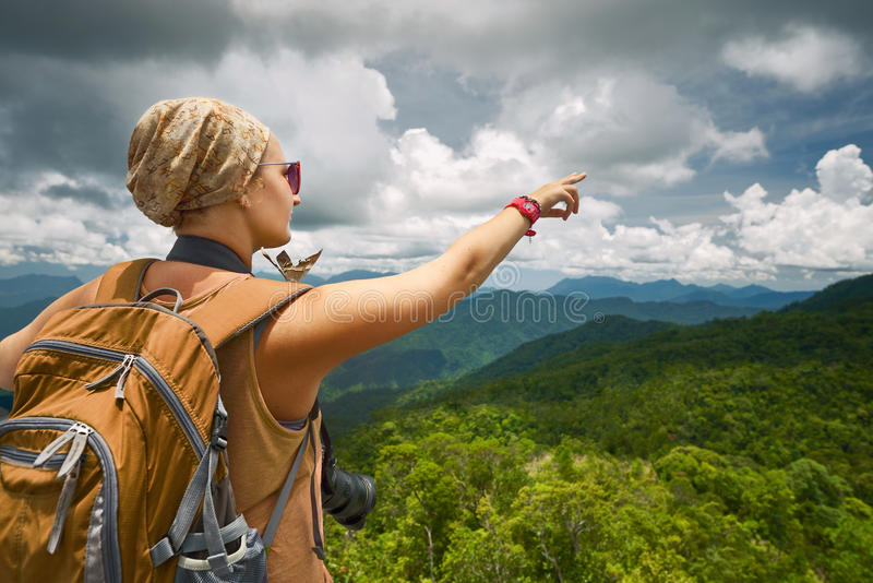 Photographe de jeune femme avec le sac à dos se tenant sur le MOIS photos libres de droits