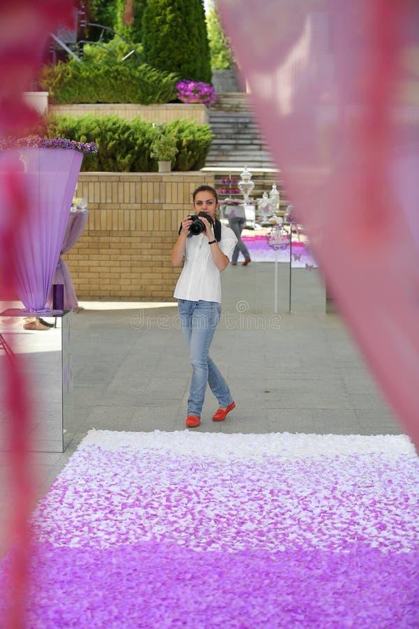 Photographe de mariage dans l'action photo stock