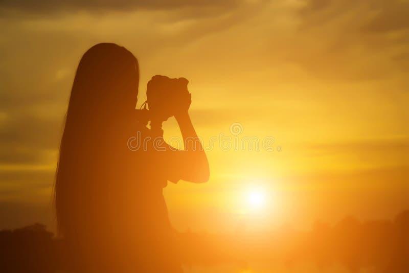 Photographe de nature de femmes avec l'appareil photo numérique sur la montagne photographie stock