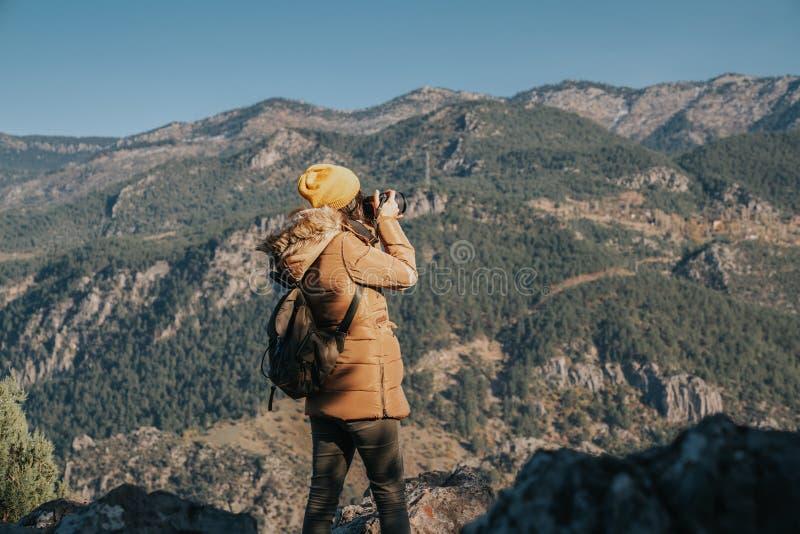 Photographe de nature prenant des photos à l'extérieur pendant la hausse du voyage image stock
