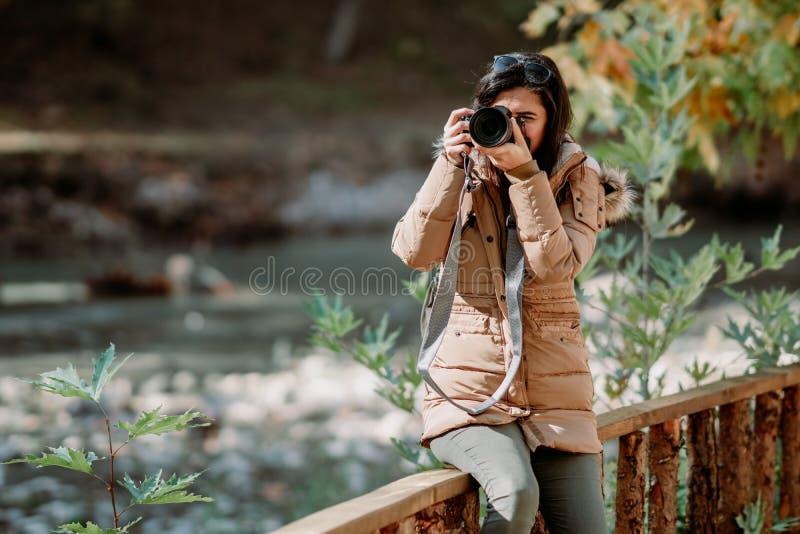 Photographe de nature prenant des photos dehors pendant le voyage de trekking images libres de droits