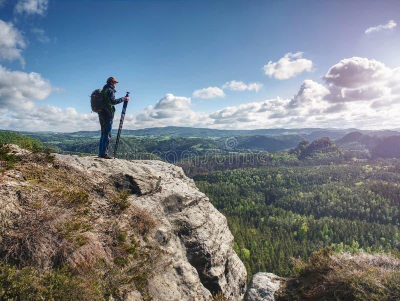 Photographe de nature sauvage ou voyageur avec trépied sur pierre image libre de droits