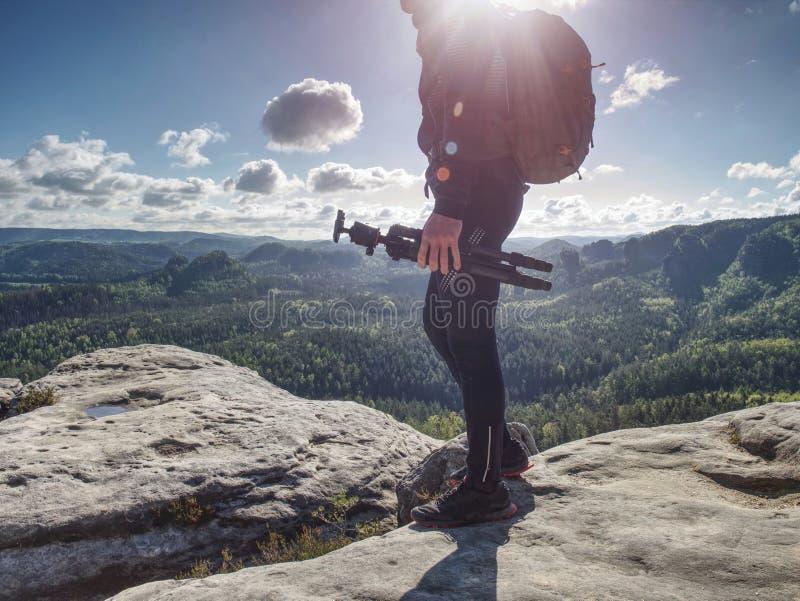 Photographe de nature sauvage ou voyageur avec trépied sur pierre photos libres de droits