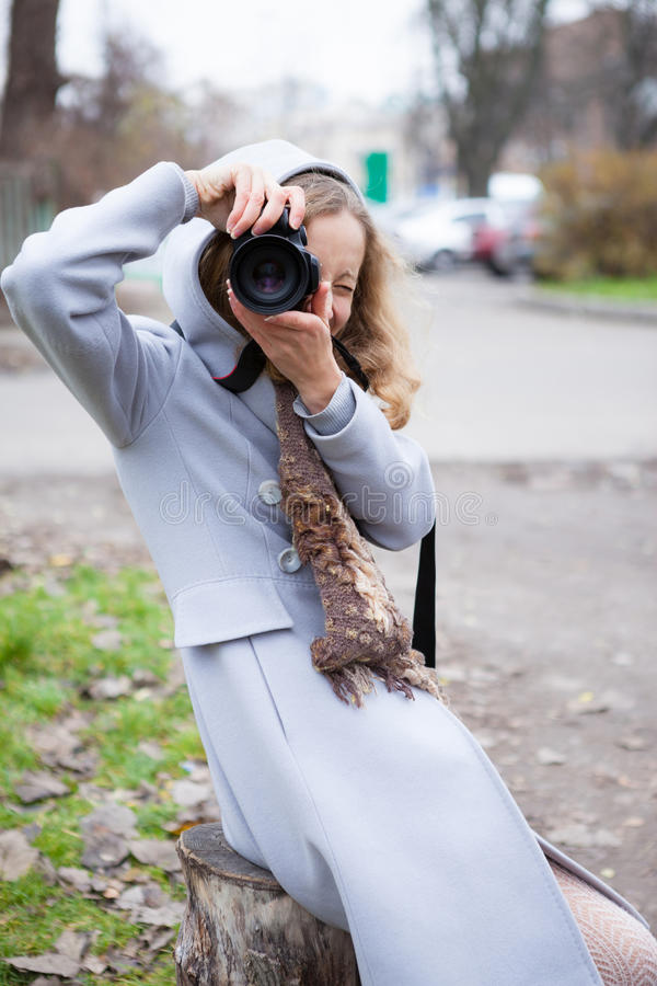 Photographe de presse de jeune fille ou tir de touriste nous regardant images stock