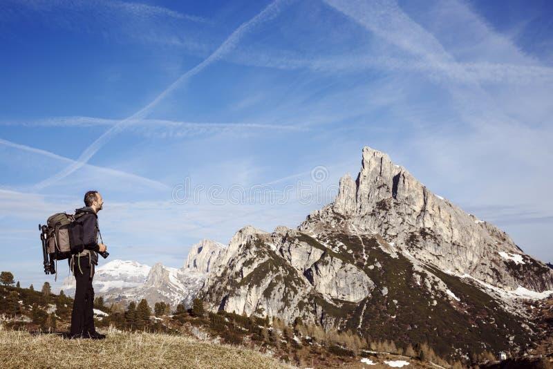 Photographe de randonneur sur un dessus de montagne photos stock