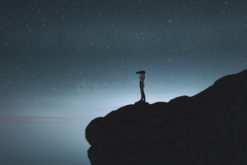 Photographe de silhouette prenant une photo de nuit étoilée illustration libre de droits