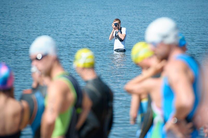 Photographe de sport pendant une séance photos dans l'eau r images stock