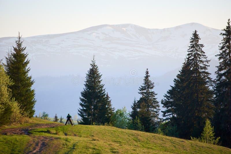 Photographe de touristes avec l'appareil-photo de photo prenant la photo du beau Mountain View éloigné brumeux photographie stock libre de droits