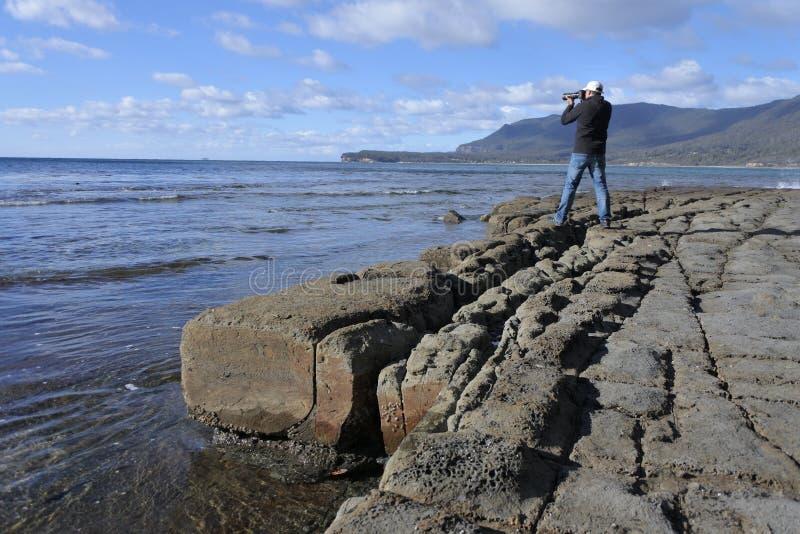 Photographe de voyage photographiant le trottoir en mosaïque en péninsule Tasmanie Australie de Tasman photos stock