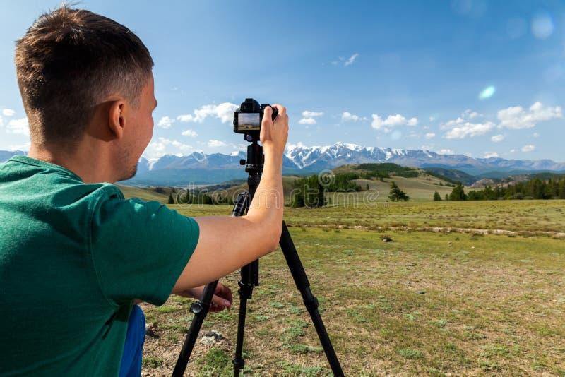 Photographe de voyage prenant la photo de nature photo libre de droits