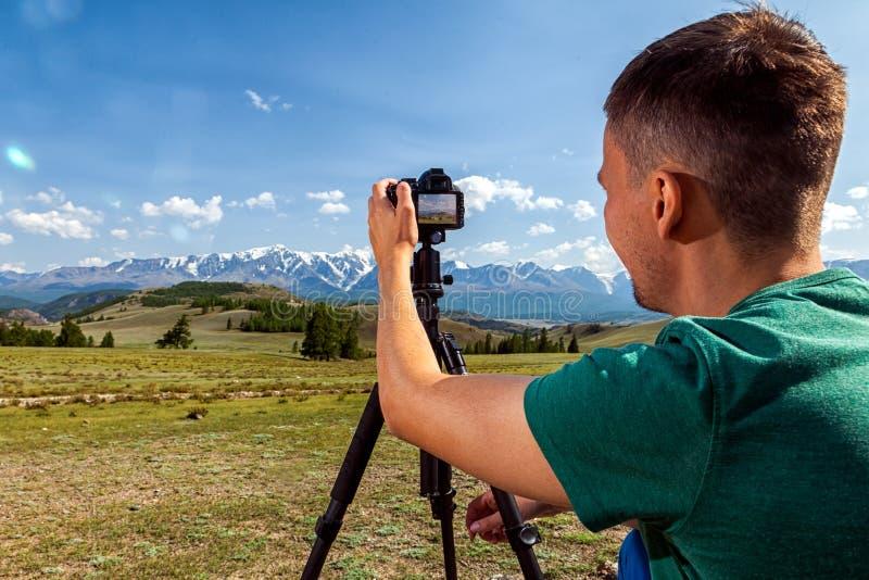 Photographe de voyage prenant la photo de nature photographie stock