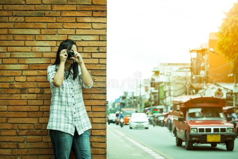 Photographe féminin de voyageur en Thaïlande photographie stock libre de droits
