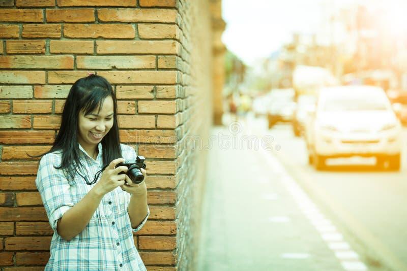 Photographe féminin de voyageur en Thaïlande image libre de droits