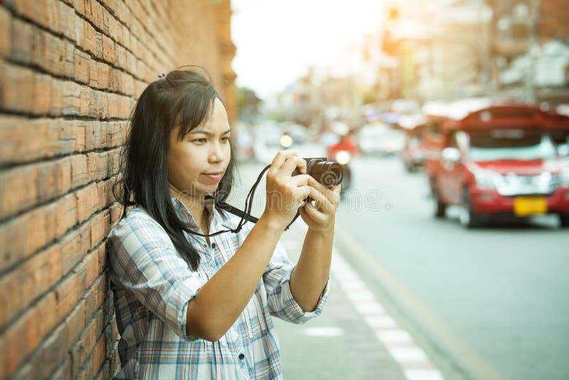 Photographe féminin de voyageur en Thaïlande photos libres de droits