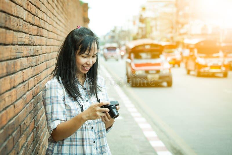 Photographe féminin de voyageur en Thaïlande image stock