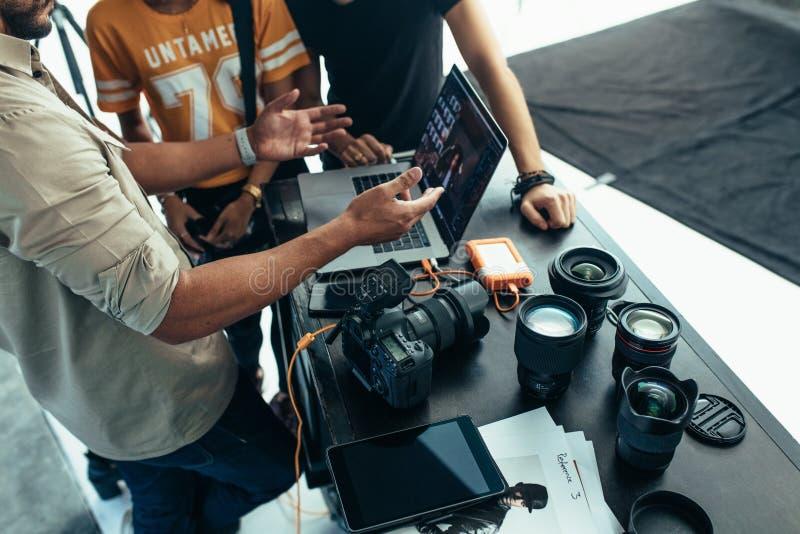 Photographe faisant a après examen de pousse avec l'équipe photos libres de droits