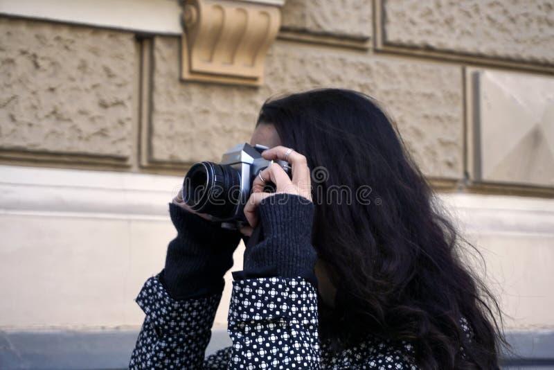 Photographe faisant des photos par l'appareil-photo de film de vintage dans le style de hippie photo libre de droits