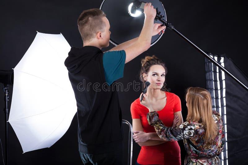 Photographe fixant une lumière de chair photographie stock libre de droits