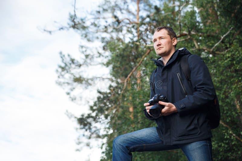 Photographe masculin de paysage photographiant la belle forêt de taiga, l'espace de copie photo stock