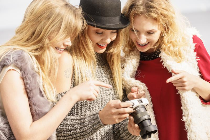 Photographe montrant des photos de mannequins photos stock