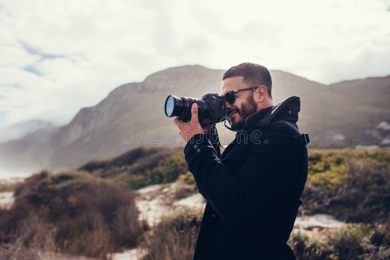 Photographe photographiant en nature le jour d'hiver photo libre de droits
