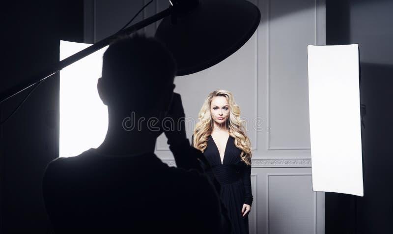 Photographe prenant des photos d'un beau modèle photographie stock libre de droits