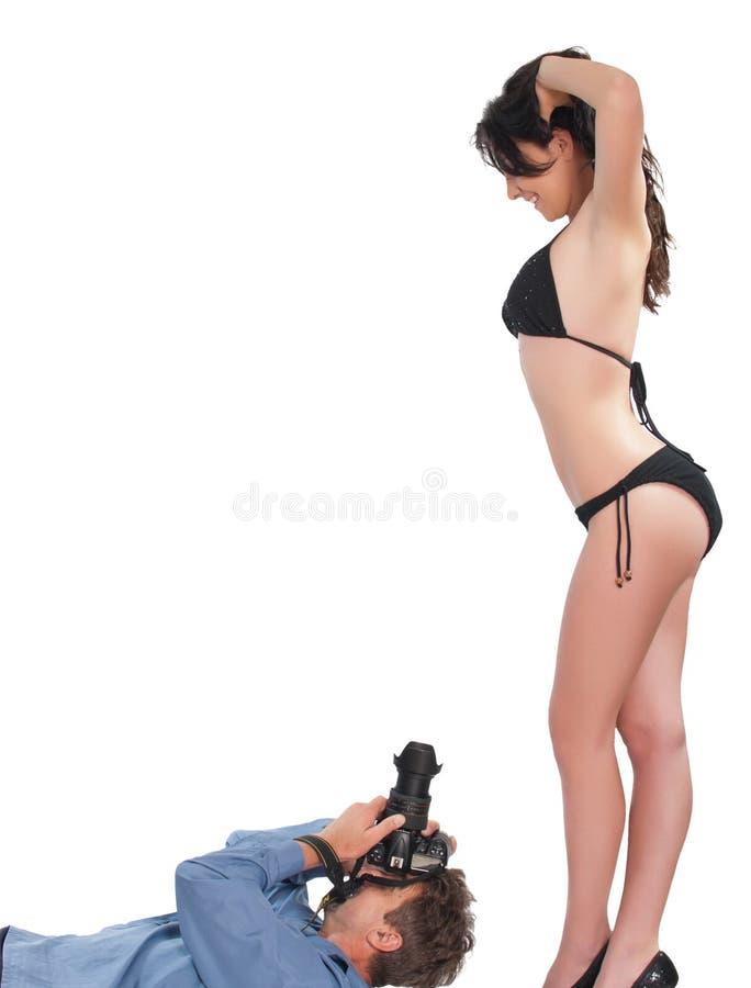 Photographe prenant des photos d'un modèle images libres de droits