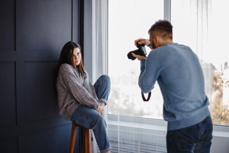 Photographe prenant des photos de femme dans le studio images libres de droits