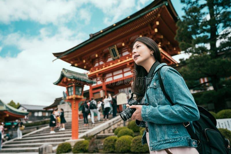 Photographe prenant la photo dans le mode de vie japonais images libres de droits