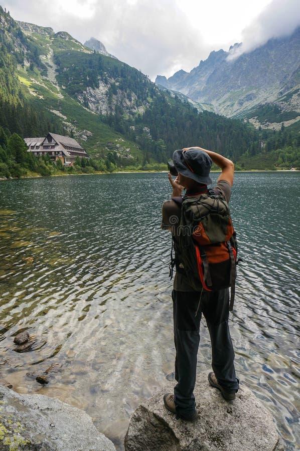 Photographe prenant une photo dans les montagnes image stock