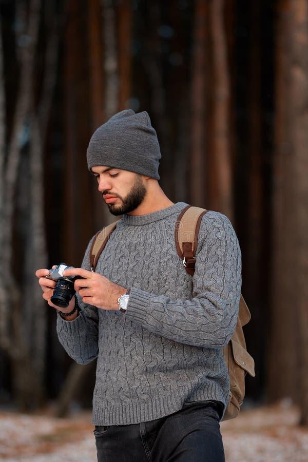 Photographe professionnel de nature extérieur dans la forêt d'hiver photos stock