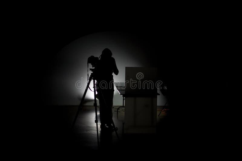 Photographe professionnel travaillant dans le studio photographie stock libre de droits
