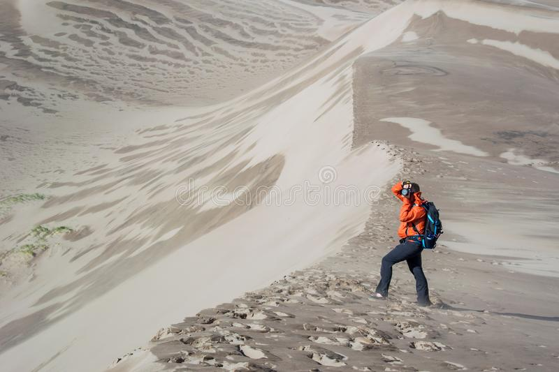 Photographe Shoots sur des dunes de sable photo stock