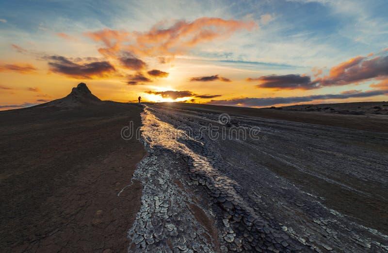 Photographe sur le volcan de boue images libres de droits