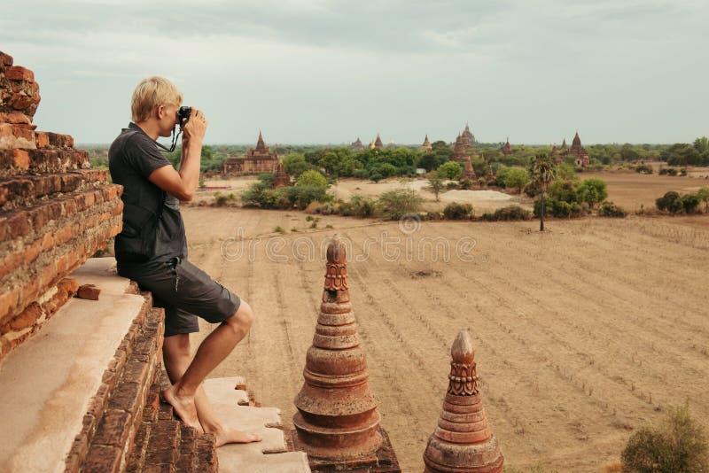 Photographe sur les ruines de Bagan photos stock