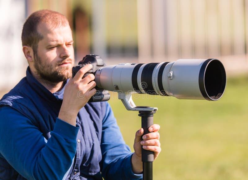 Photographe tenant l'appareil-photo photos libres de droits