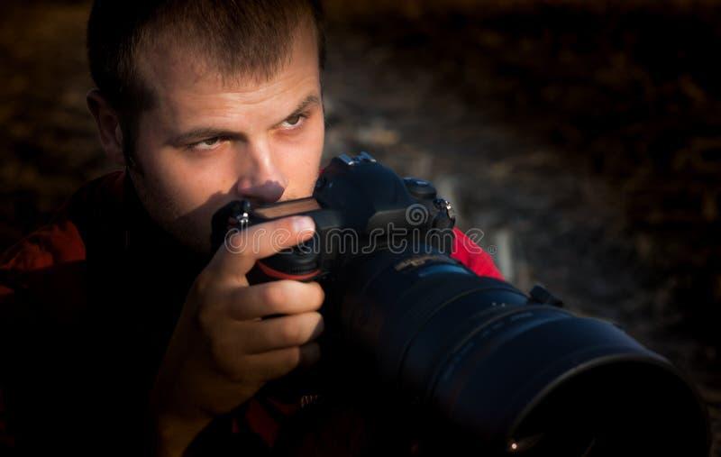 Photographe tenant l'appareil-photo images libres de droits