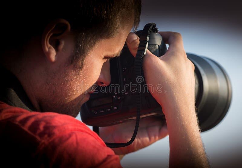Photographe tenant l'appareil-photo photo libre de droits