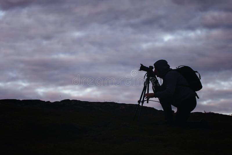 Photographe Works de Videographer dans les montagnes images libres de droits